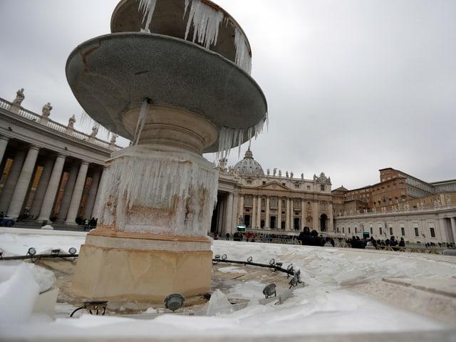 Die Brunnen auf den Petersplatz in Rom sind zu Eissäulen erstarrt. Wärmer wird es erst Ende Woche.