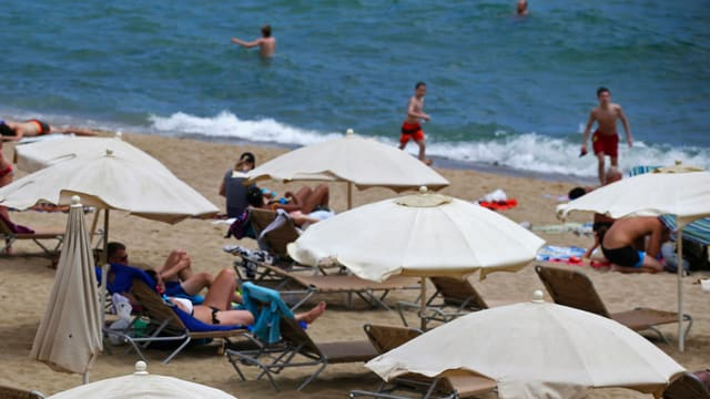 Strand mit Touristen