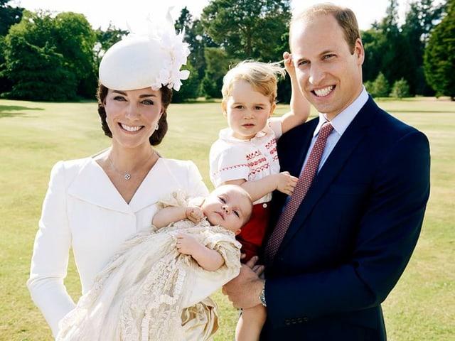 Kate mit Charlotte auf dem Arm. Und William mit George auf dem Arm.