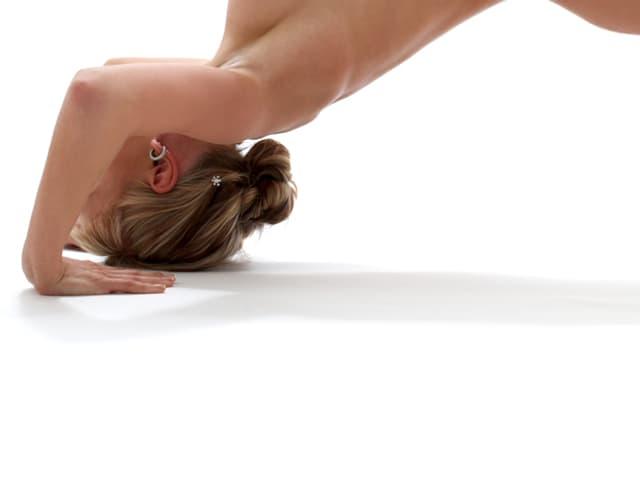 Frau am Yoga machen