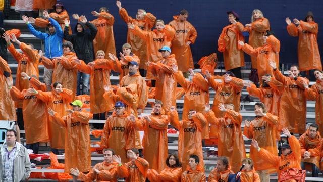 Zuschauer in orangen Pelerinen welche vom Veranstalter abgegeben wurden.