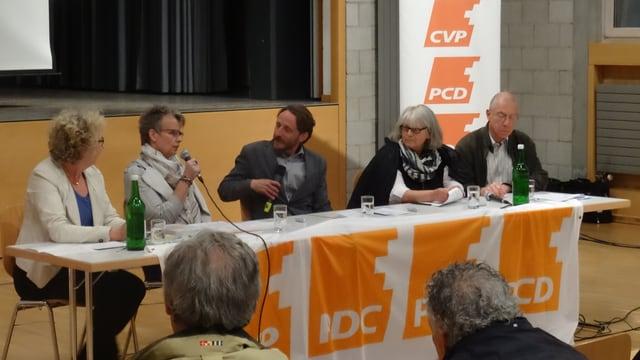 La discussiun al podi davart il plan d'instrucziun 21: Da san.: Elita Florin-Cluori, Erika Sigrist, Luzi Bürkli (moderatur), Marlies Klesse e Christoph Jäger.