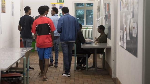 Asylbewerber in einer Unterkunft.