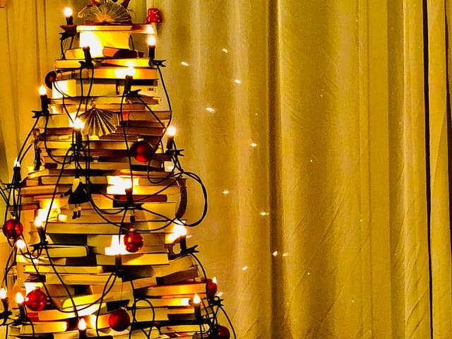 Ein Weihnachtsbaum aus Büchern