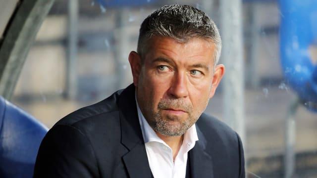 Basel-Trainer Urs Fischer sitzt auf der Bank.