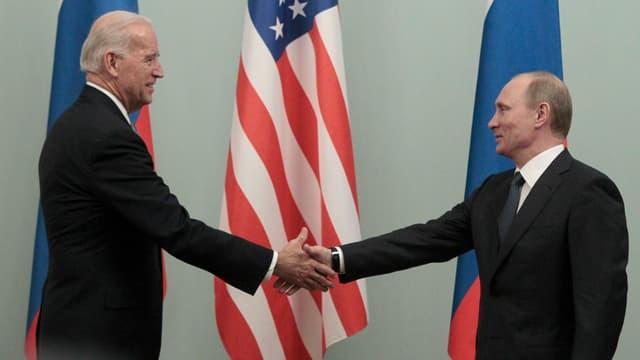 Biden gibt Putin die Hand.