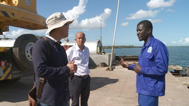 Der Bürgermeister besichtigt einen chinesischen Hafen.