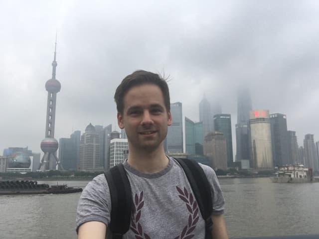 Selfie von Martin Aldrovandi vor der Kulisse von Pudong