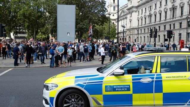 Demonstranten vor dem Denkmal von Winston Churchill.