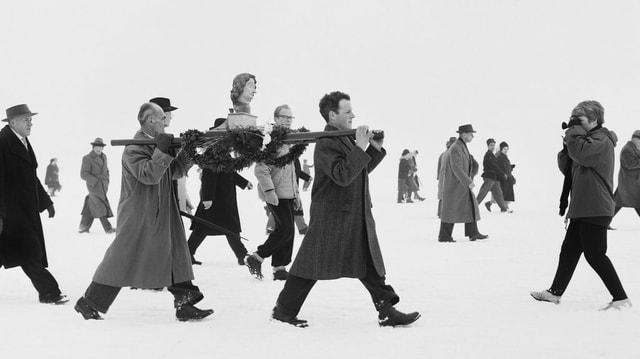 Männer tragen Johannes-Büste 1963 über den Bodensee