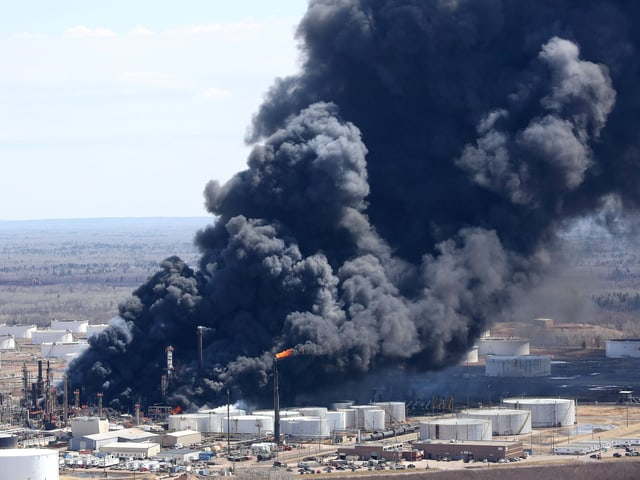 Schwarzer Rauch steigt ob der Ölraffinerie empor