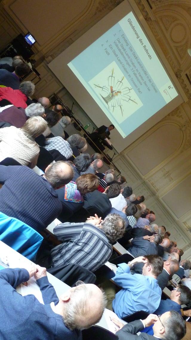 Auch Vertreter aus Politik und Wirtschaft verfolgten die Stadt-Land-Referate an der Universität Bern.