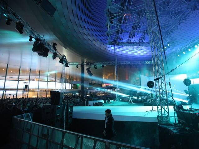 Konzertbühne auf der City Launch in blaues Licht getaucht.