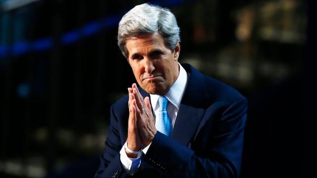 John Kerry mit gefalteten Händen.