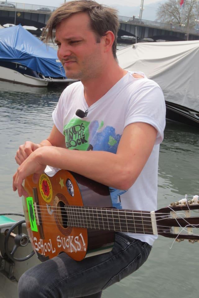 Etwas nachdenklich aber zufrieden zeigt sich Dominic Deville nach seinem Auftritt auf einem Pedalo am Zürichsee.