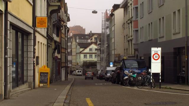 Eingang Linsebühlstrasse, mit 30-er-Zone-Tafel.