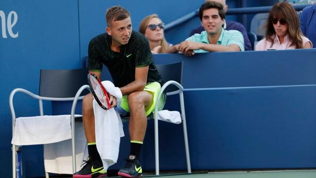Daniel Evans sitzt auf einem Stuhl.
