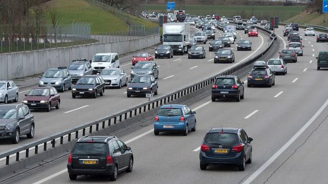 Symbolbild: Mehrspurige Autobahn mit viel Verkehr.