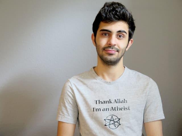 Amed Sherwan trägt ein graues Shirt mit dem Schriftzug «Thank Allah I'm an Atheist».