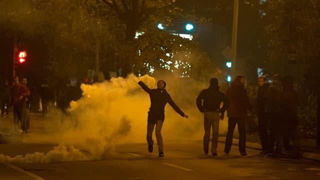 Demonstranten und Gaswolken in einer Strasse von Pristina