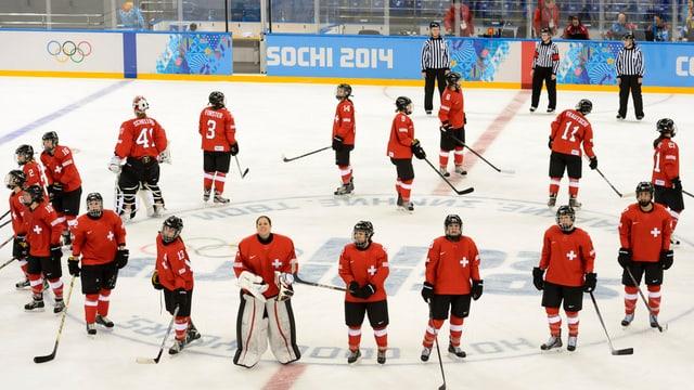 Die Schweizer Frauen stehen im Kreis.