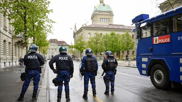 Vier Poizisten und ein Wasserwerfer vor dem Bundesplatz