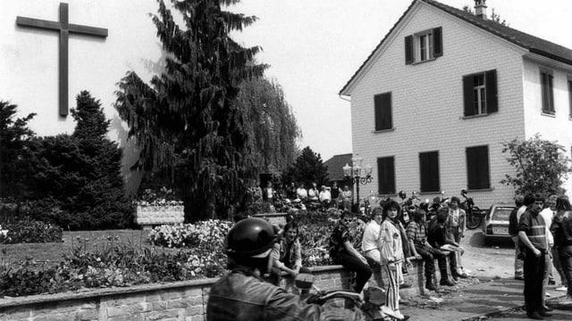 Randalierer tummeln sich am 8. Mai 1988 in Dozwil, vor der Kirche der St. Michaelsvereinigung.