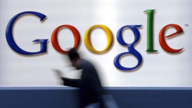 Umrisse eines Mannes vor Google-Logo