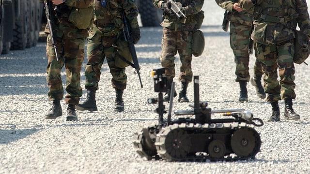 Automatisches Waffensystem bei einer Militärübung. Im Hintergrund Armeeangehörige.