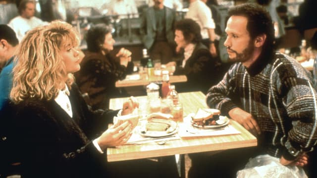 Meg Ryan und Billy Crystal in einem Diner.