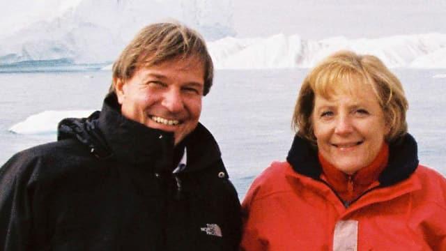 Ein Mann und eine Frau stehen in einer Eislandschaft.