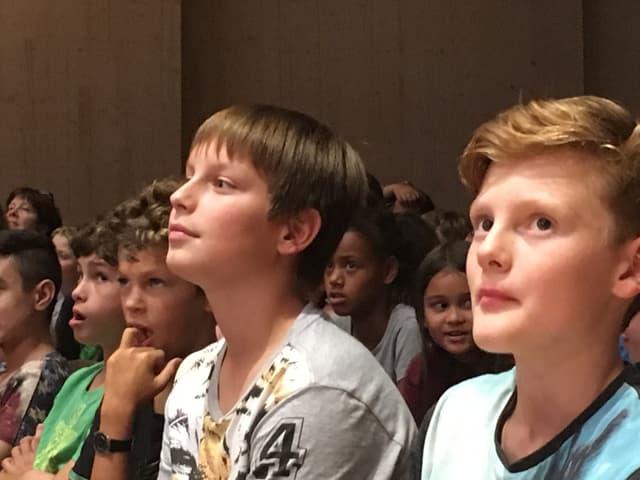 Jugendliche, die offensichtlich konzentriert zuhören