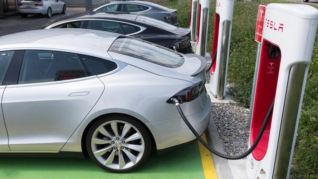 Tesla Model S an einer Schnellladestation am Tanken