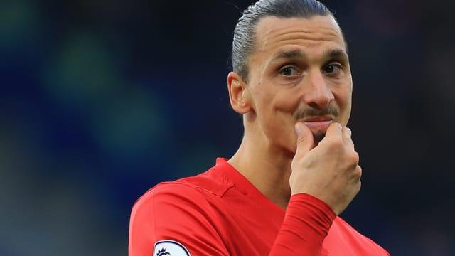 Zlatan Ibrahimovic kratzt sich zweifelnd am Kinn.