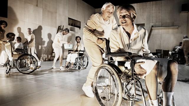 Mehrer Leute werden im Rollstuhl umhergeschoben