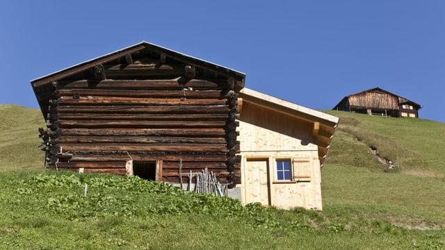 Ein Stall und ein Häuschen sind auf dem Bild zu sehen.