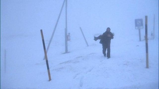 Ein Vater trägt sein Kind durch den Schnee: Szenenbild aus «Reise der Hoffnung».