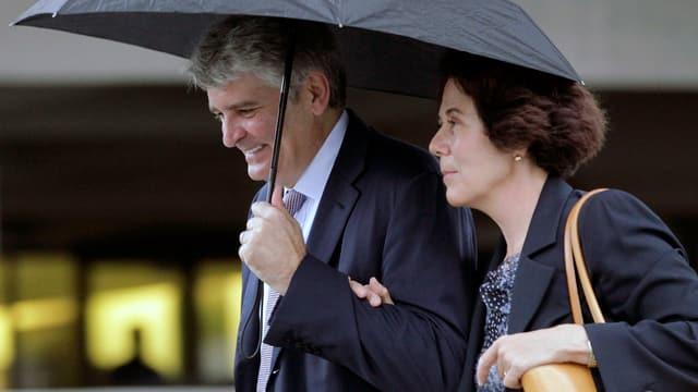 Raoul Weil mit seiner Frau auf dem Weg in den Gerichtssaal in Florida.
