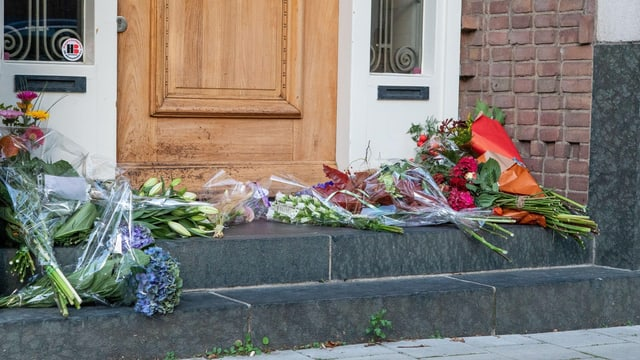 Blumen vor dem Haus des Opfers