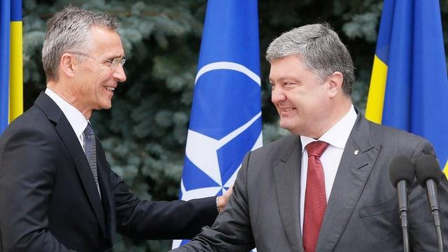 Nato-Generalsekretär Stoltenberg und der ukrainische Präsident Poroschenko schütteln die Hände. (keystone)