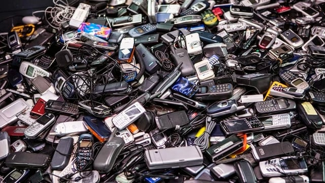 Ein Müllberg aus Handys.