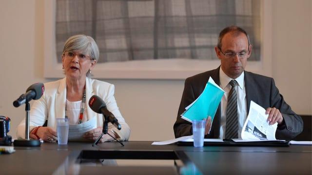 Yvonne Schärli und Beat Hensler an der Medienkonferenz.