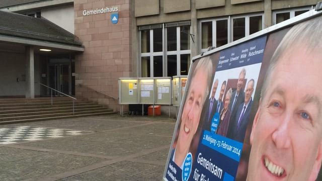 Wahlplakate vorne, hinten Gemeindehaus