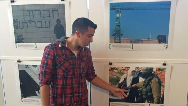 Ein Ex-Soldat der israelischen Armee führt persönlich durch die Fotoausstellung in der Zürcher Helferei.