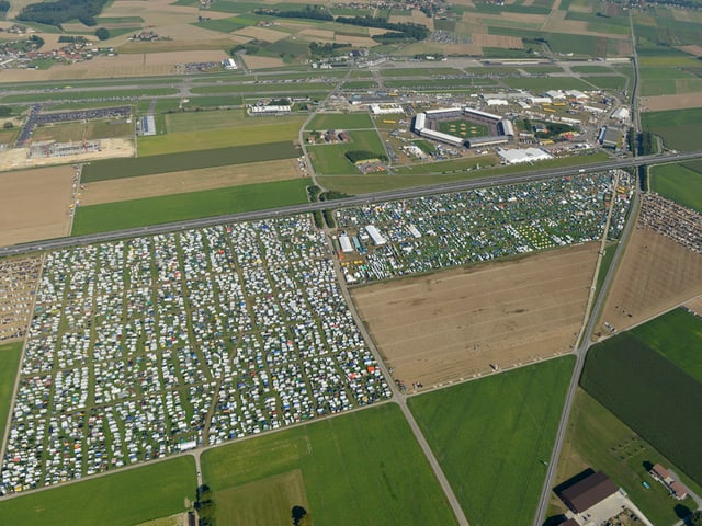 Blick aus der Luft auf die Kampfarena und das Festgelände.