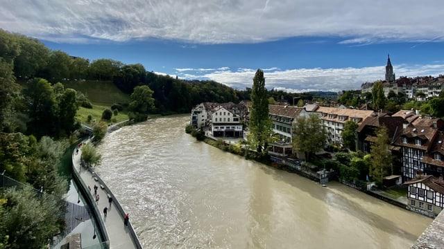Braun-grau wälzt sich die Aare durch Bern mit Stämmen und Ästen.