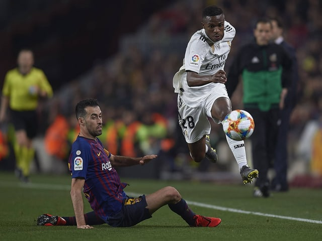Vinicius lässt Barças Sergio Busquets aus.