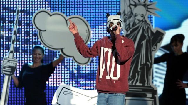 Rapper Cro mit weisser Pandamaske bei der Verleihung des Bambi 2012.