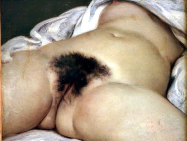 Blick von unten auf die Vagina einer liegenden Frau.