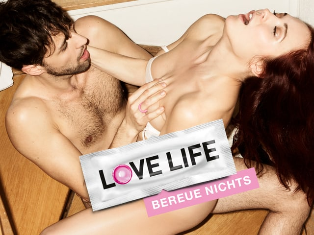 Plakat zeigt ein Liebespaar